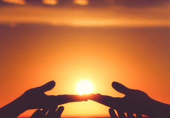 夕日に照らされる手のひら