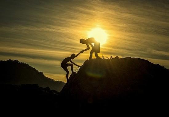 山道で助け合う人達