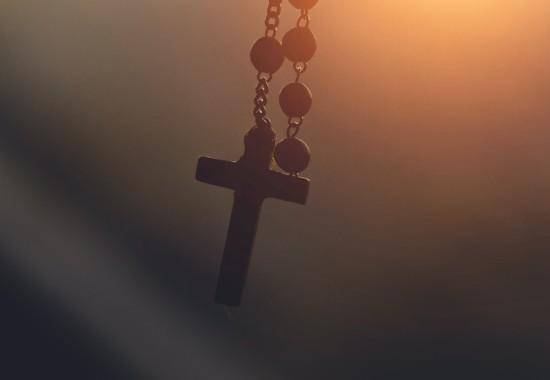 夕日に照らされたキリスト教の十字架