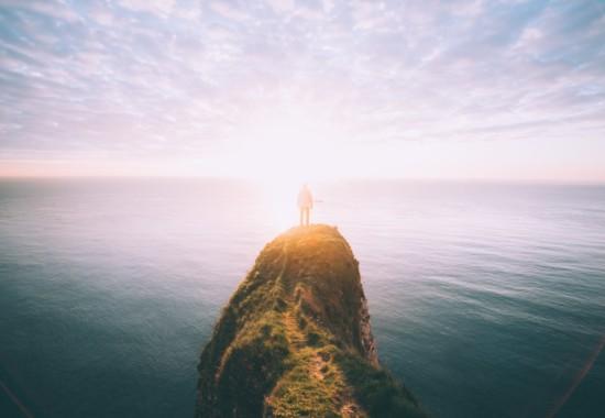 太陽の光に包まれる人