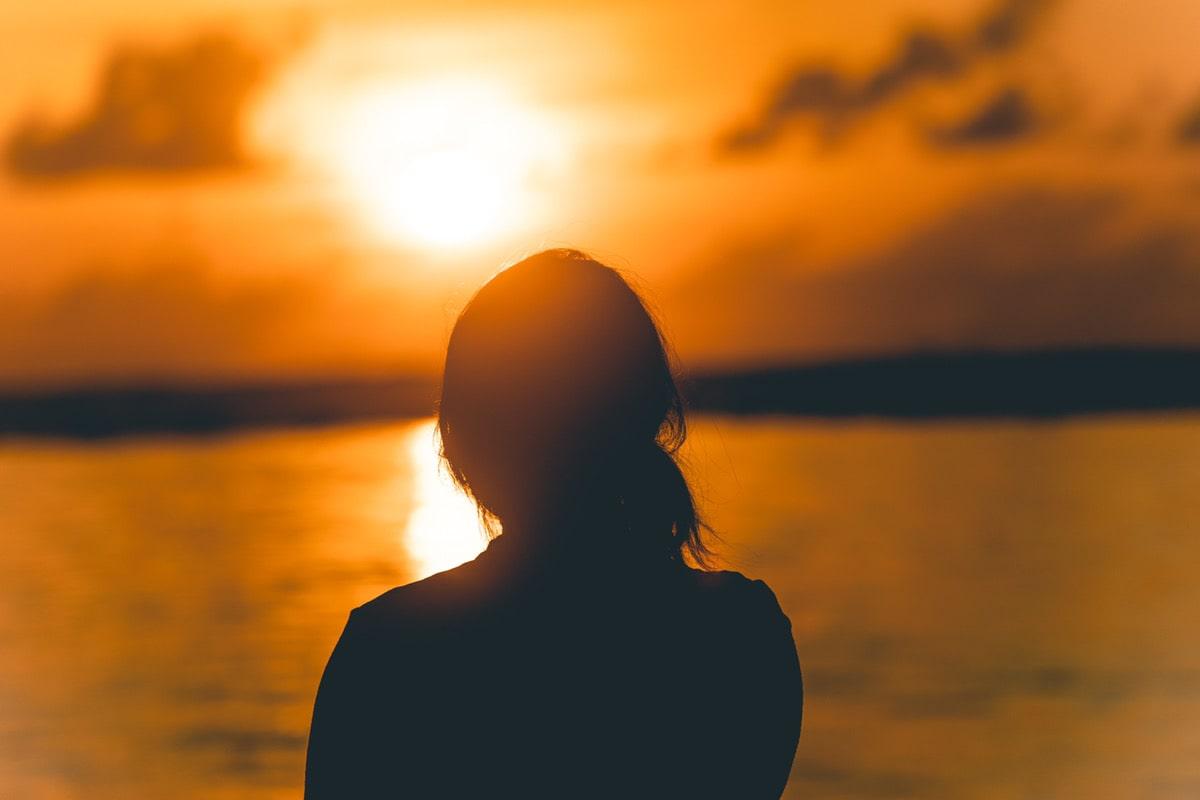 夕日を眺める人