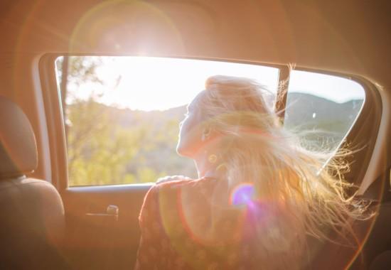 車から景色を見る人