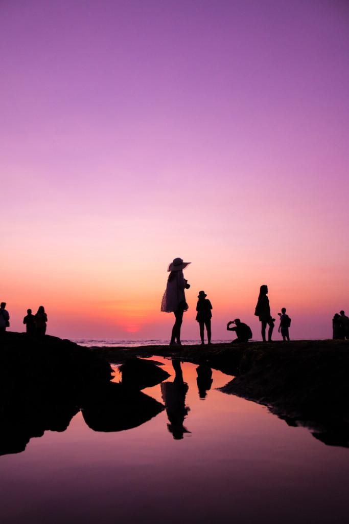 海岸を散歩する人達