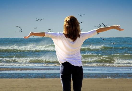 晴れた日の海と人