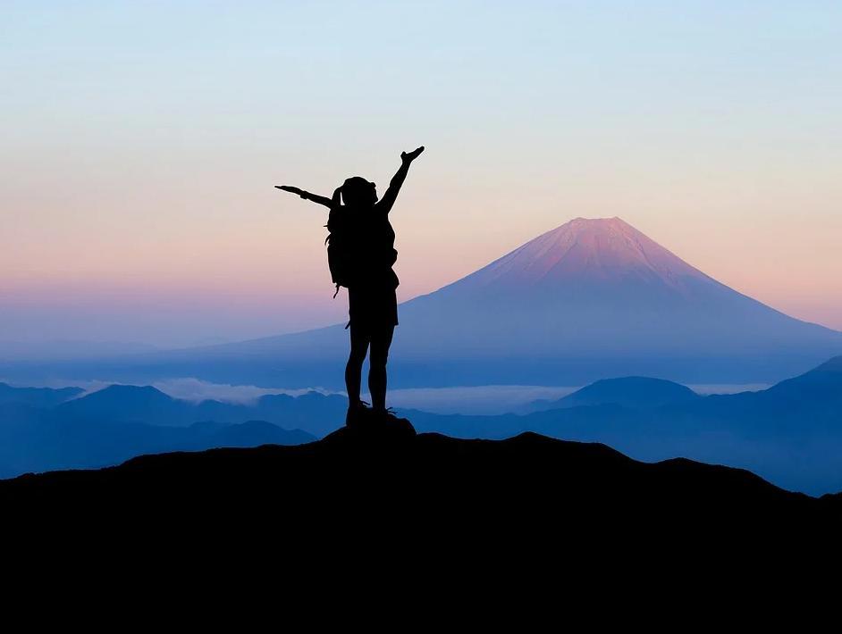 山頂で喜ぶ人