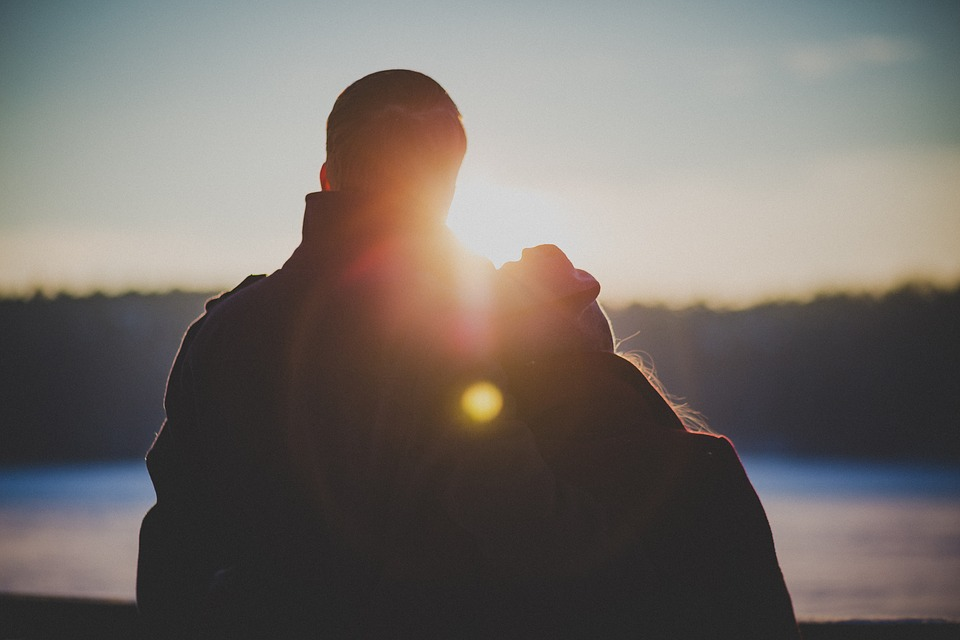 肩を寄せ合う恋人