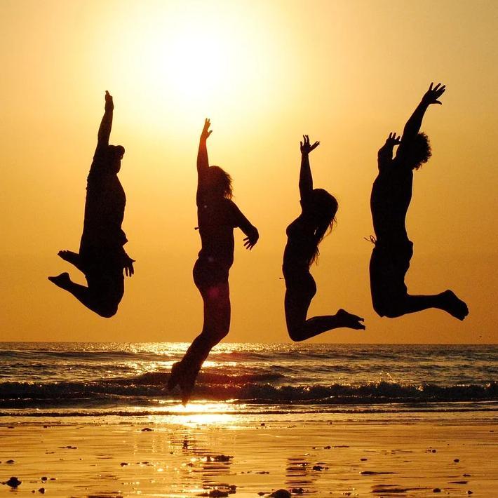 太陽に向かってジャンプする仲間達