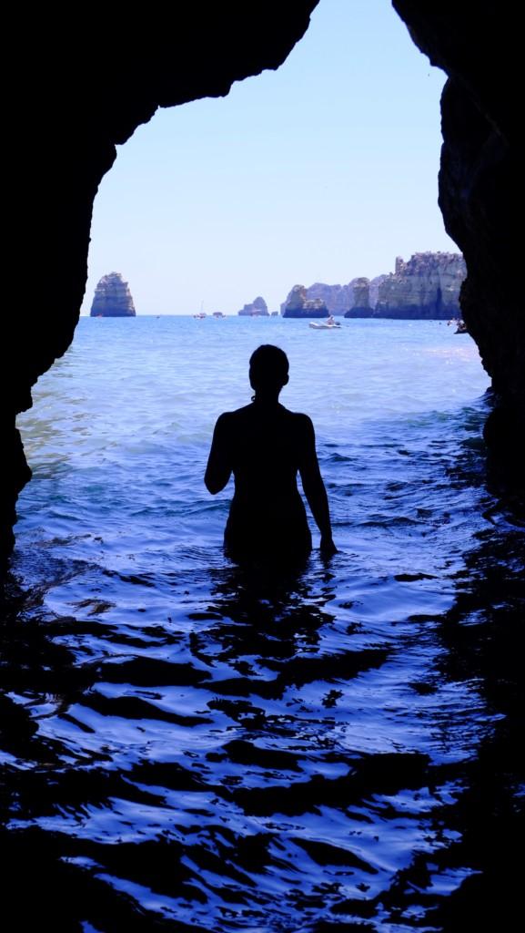 陽射しのいい海と人