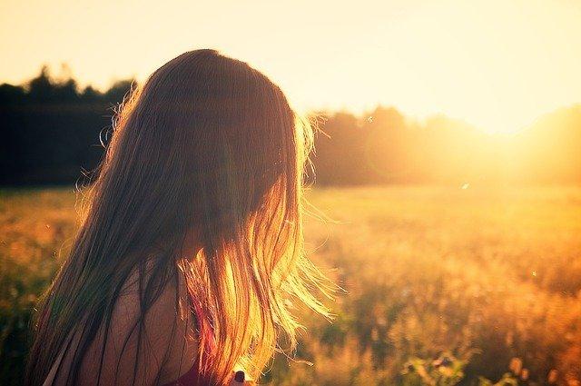 草原で朝日に照らされる人