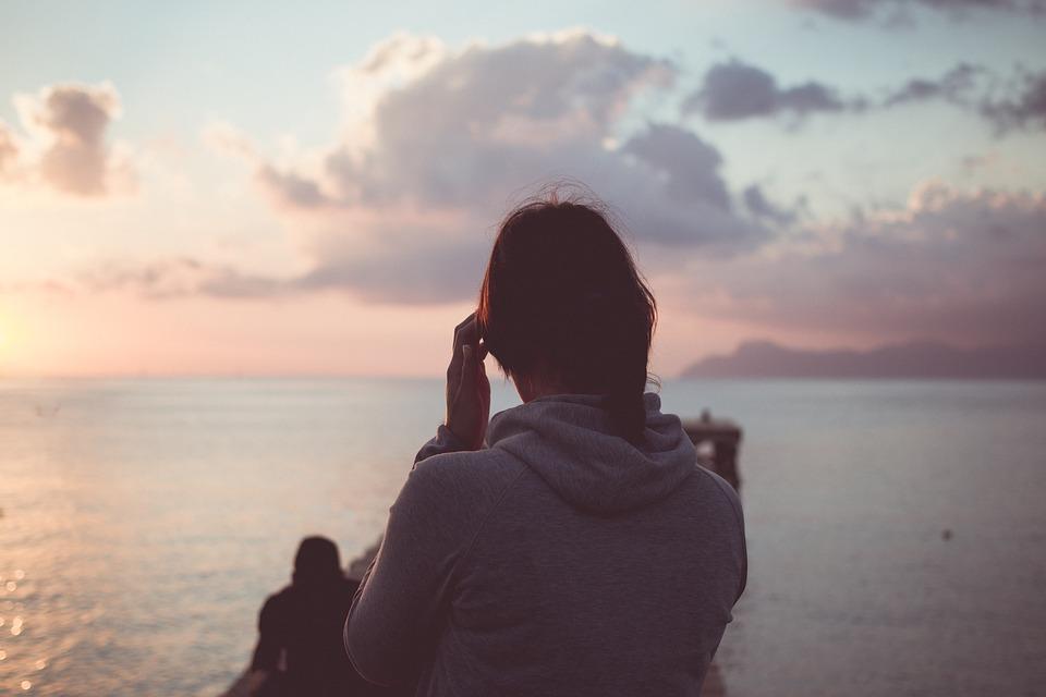 海を見つめる人