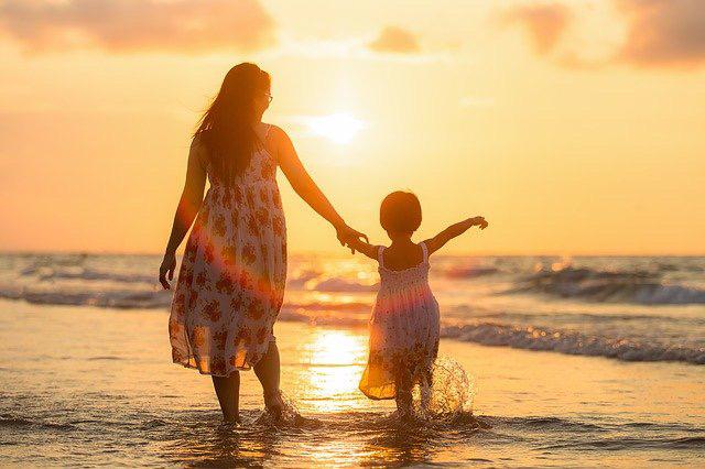 海岸を散歩する親子