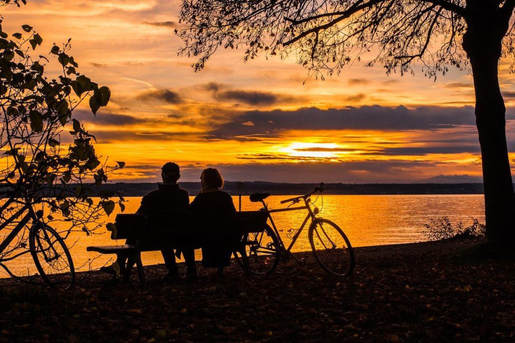 夕焼けを眺める老夫婦