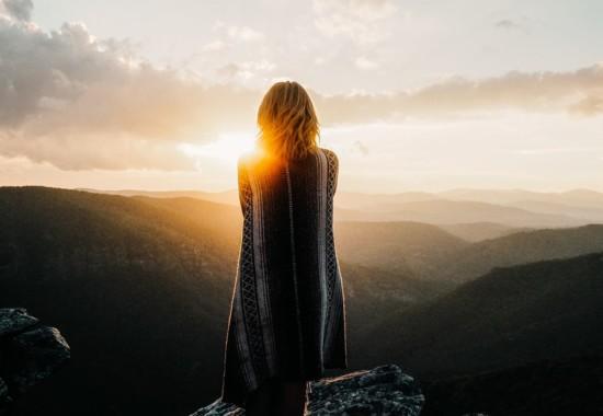 朝日を眺める女性