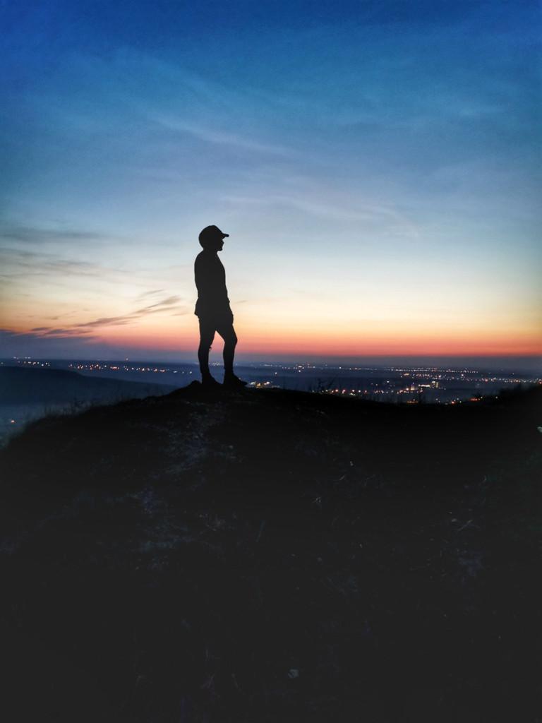 綺麗な夜景を見渡す人