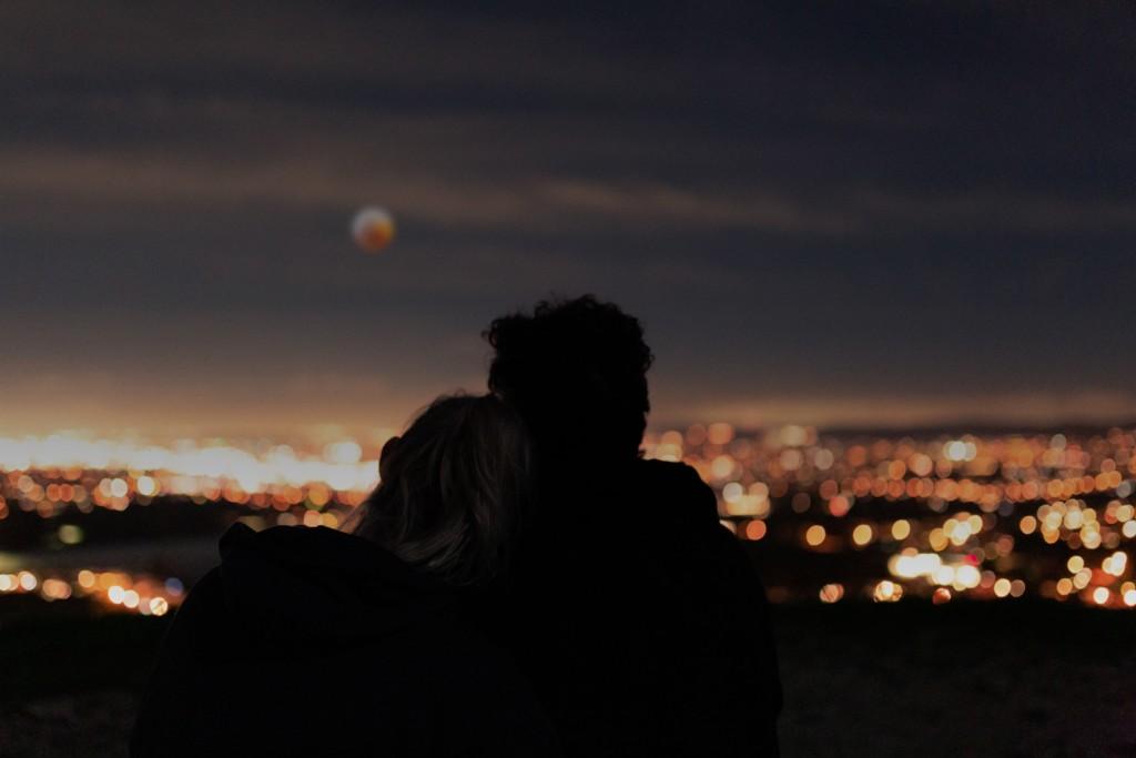 夜景を見ながら寄り添う二人
