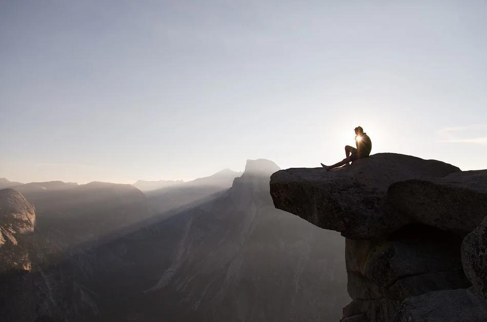 絶景で朝日を見る人