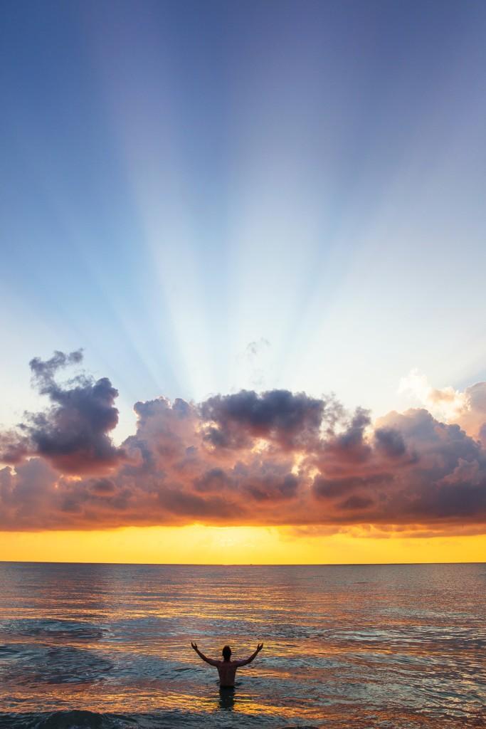 綺麗な朝日を見る人