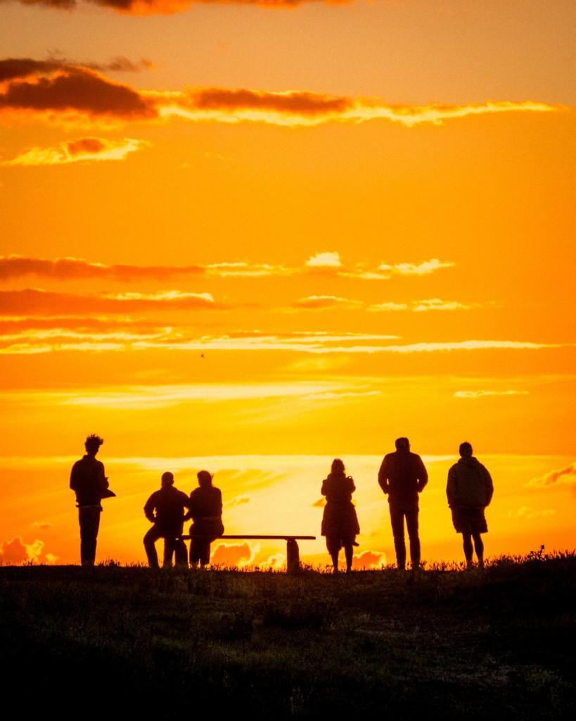 朝日を見つめる家族