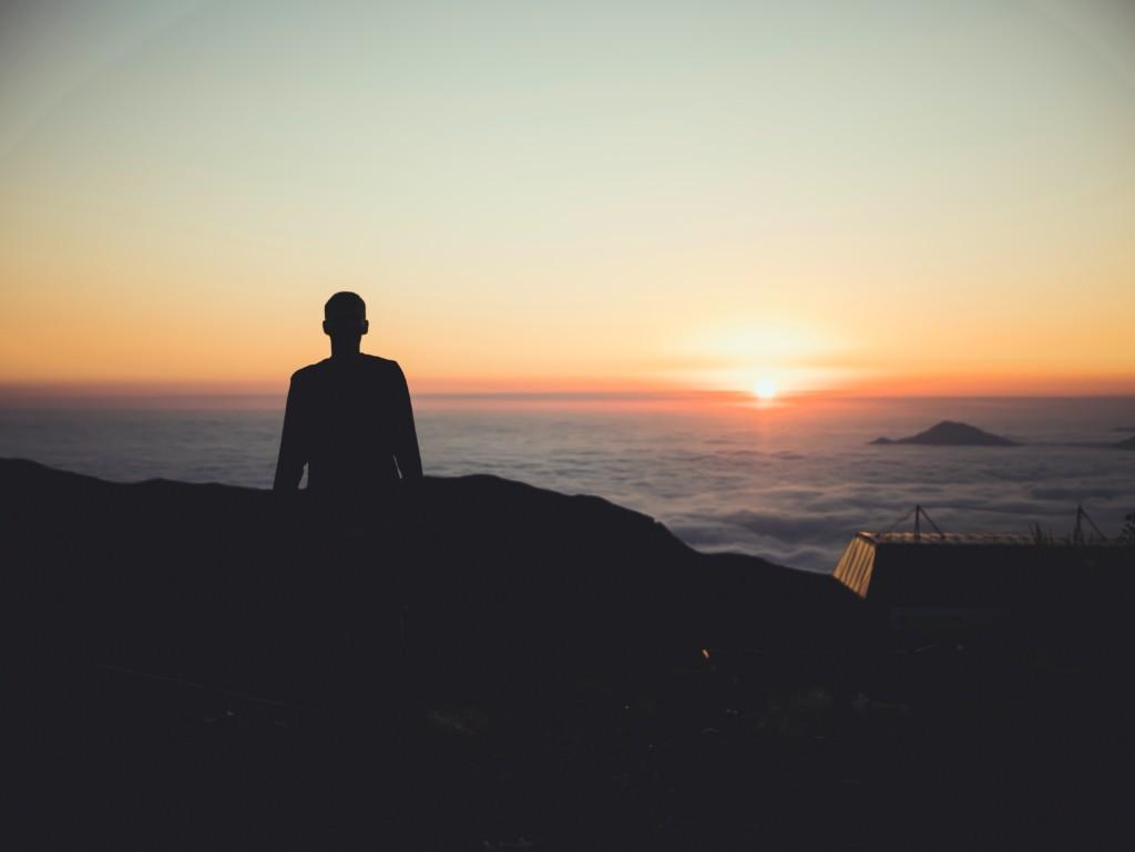 綺麗な夕日を見つめる人