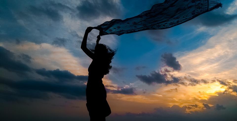 強い風を受けて立っている人
