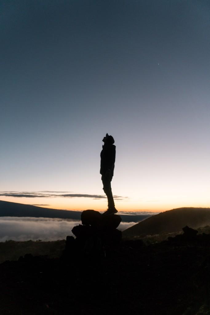 夜空を見上げる人
