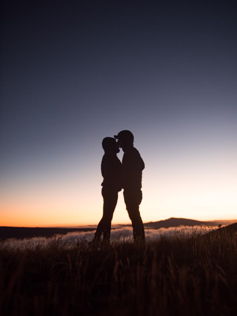 草原で抱き合う二人