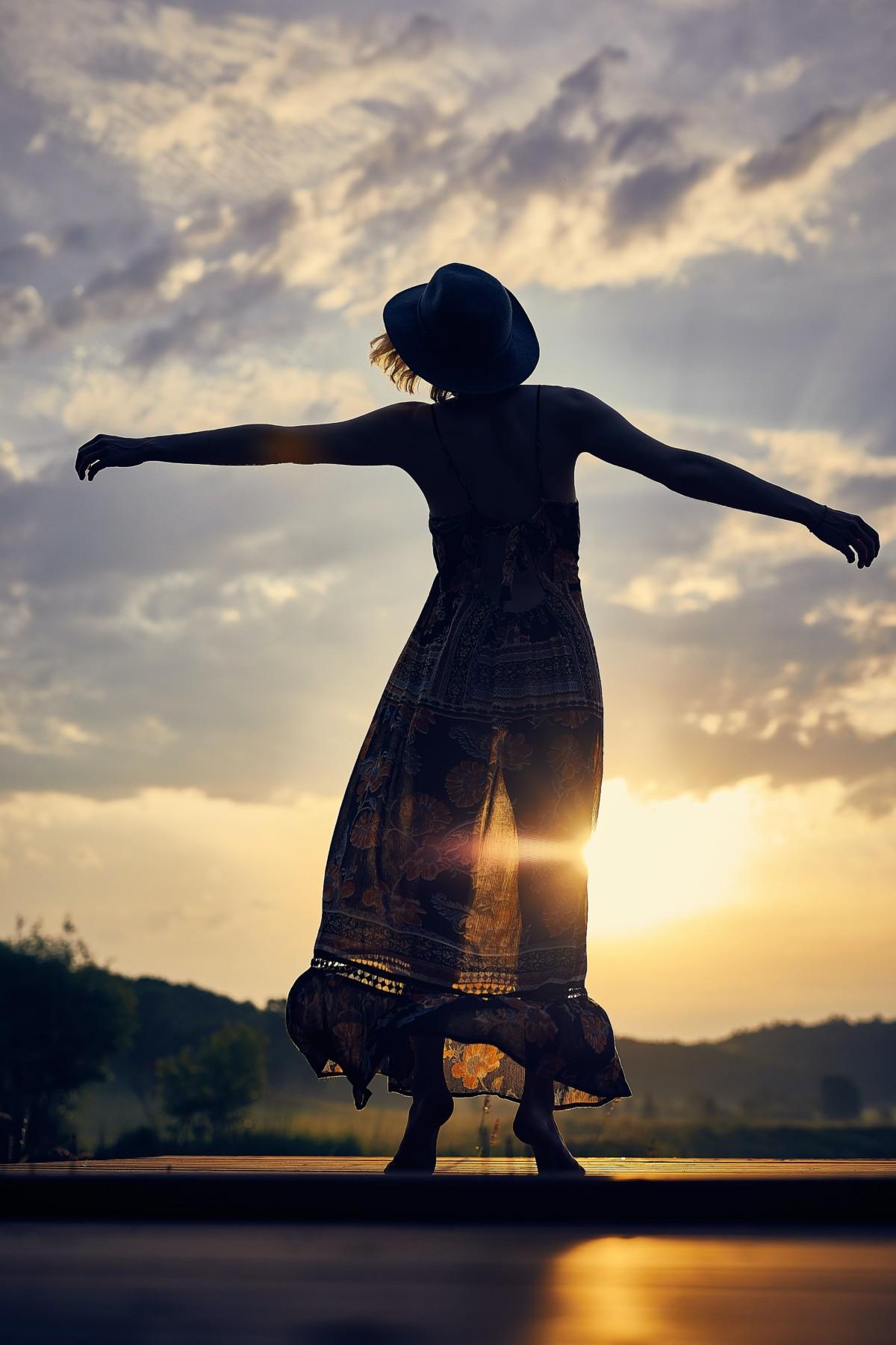 朝日の中で踊る人