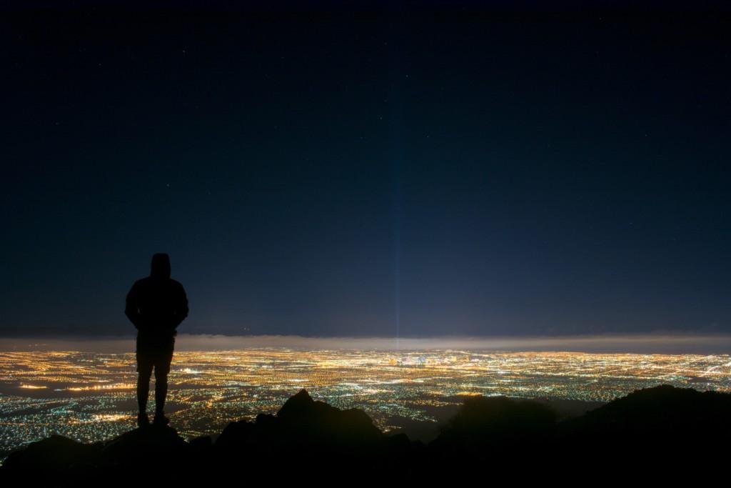夜景を眺める人