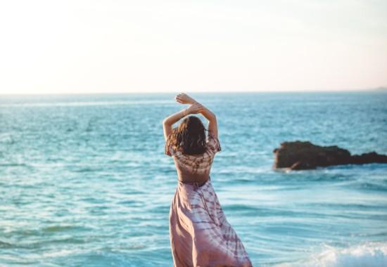 海の景色を眺める人