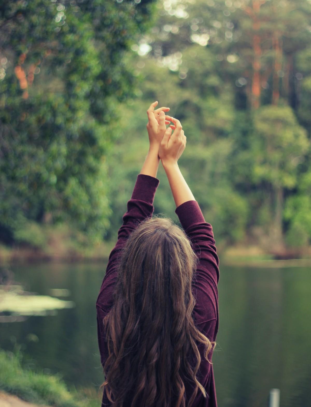 自然に祈りを捧げる人
