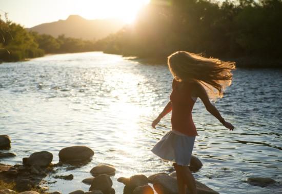 川遊びをする人