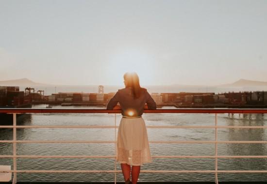 橋の上から川を眺める人