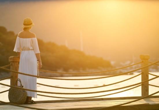 朝焼けの景色を見つめる人