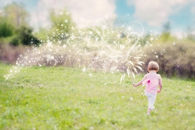 草原を歩く子供