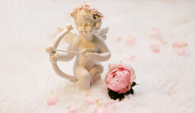 天使の像とバラの花