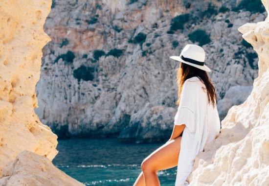 綺麗な海を見つめる女性