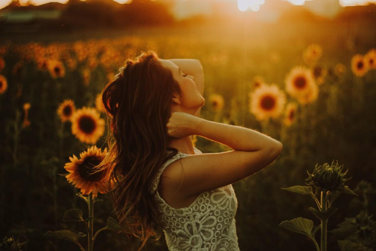 沢山の花にかこまれる人