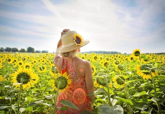 花いっぱいの草原にいる人