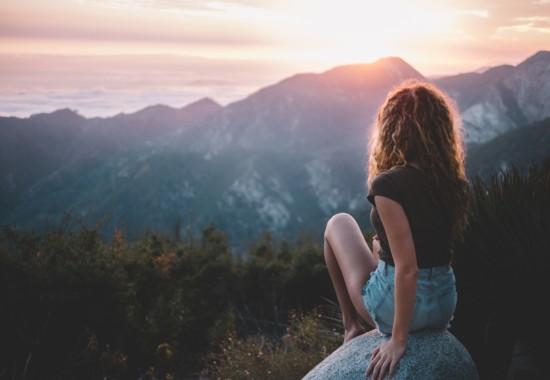 遠くの景色を見つめる人