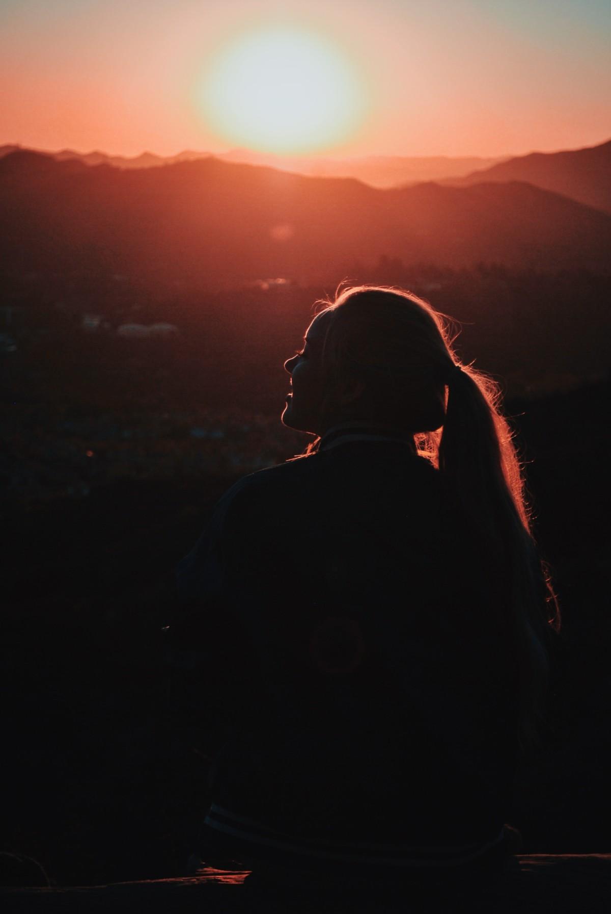夕日を見て微笑む人