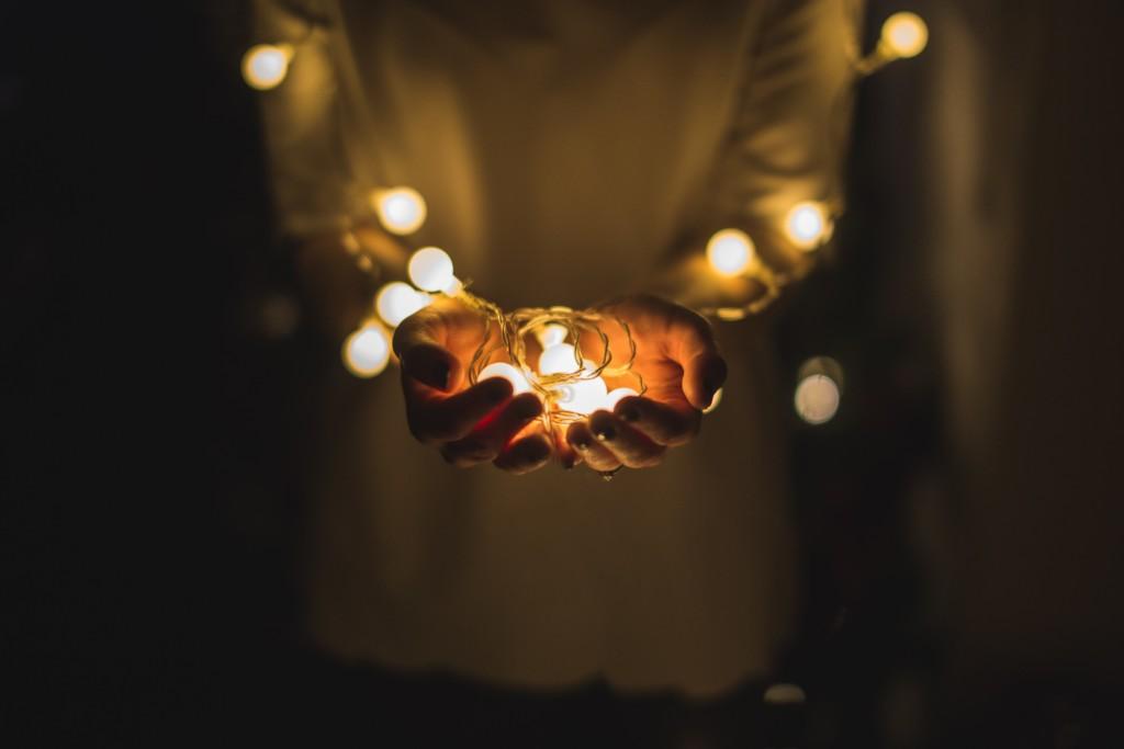 明るい光を手に持つ人