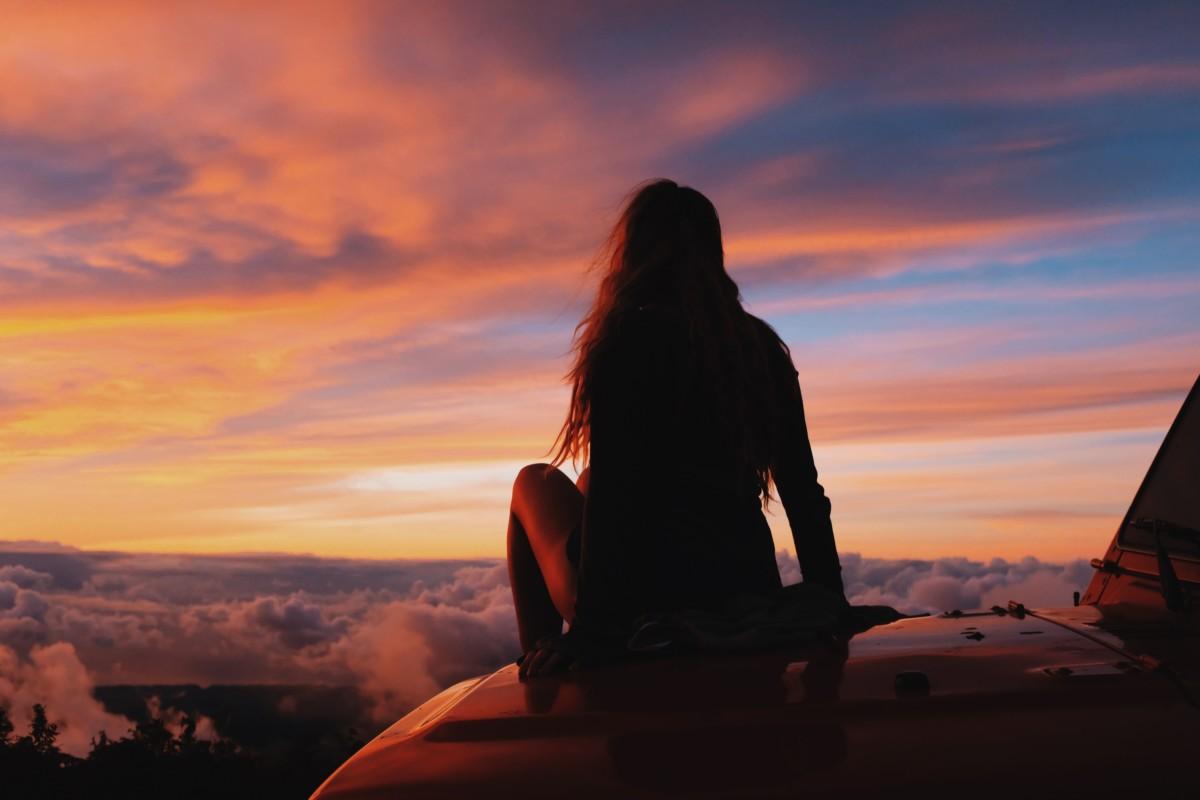 遠くの空を見つめる人