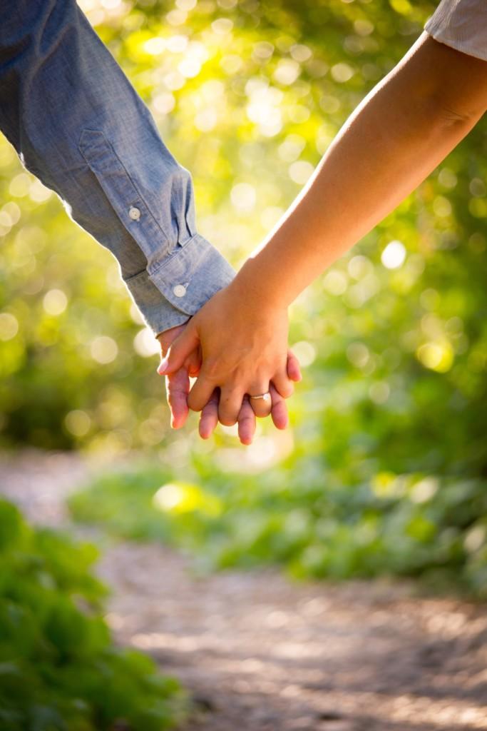 手を結ぶ二人