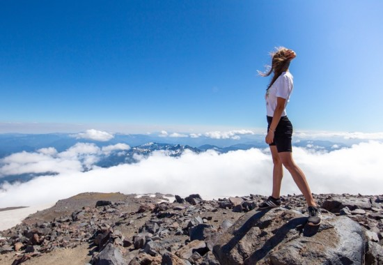 山頂から景色を眺める人