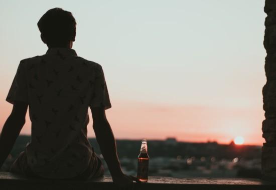ジュースを飲む青年