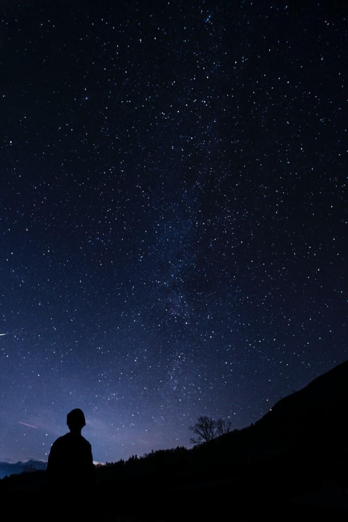夜空を見る人