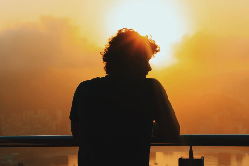 夕日に照らされる男性
