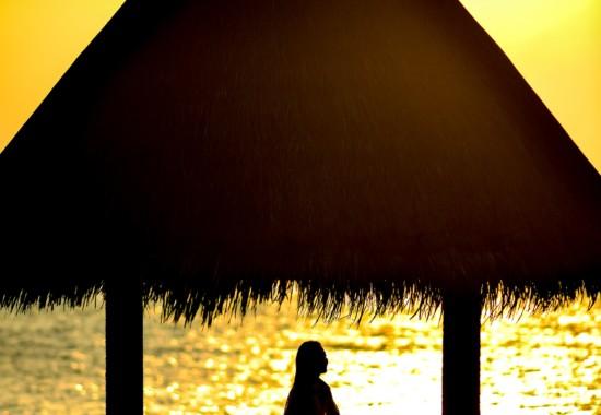 浜辺で座る人