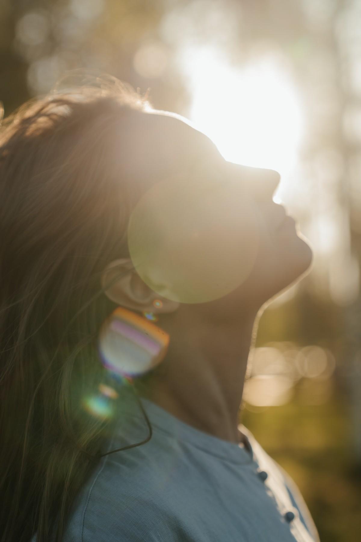 太陽の光の中の女性