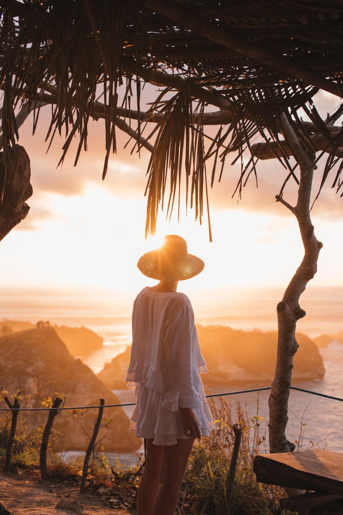 朝焼けの景色を見る人